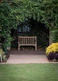 Kleine Parkbank in Ivy Alcove royalty-vrije stock afbeeldingen
