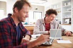 Kleine partners die computers thuis met behulp van royalty-vrije stock foto