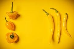 Kleine peper op een gele achtergrond Stock Afbeeldingen