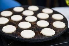 Kleine Pfannkuchen sind niederländisch In einer Bratpfanne Straßenlebensmittel lizenzfreie stockfotografie