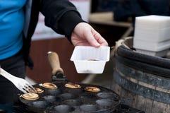 Kleine Pfannkuchen sind niederländisch In einer Bratpfanne Straßenlebensmittel stockfotos