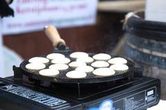 Kleine Pfannkuchen sind niederländisch In einer Bratpfanne Straßenlebensmittel stockfoto