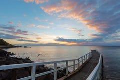 Kleine Pier die in de zonsondergang leiden royalty-vrije stock afbeeldingen