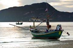 Kleine pijlinktvis vissersboot bij pranburistrand in Stock Foto
