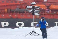 kleine Pinguine auf dem Eis nachts Touristen, die Fotos auf Hintergrund des Atomeisbrechers machen Lizenzfreie Stockfotografie