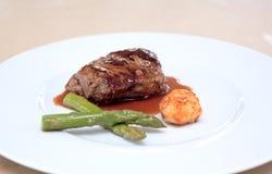 Kleine plaat van gastronomisch voedsel bij huwelijk Royalty-vrije Stock Afbeeldingen