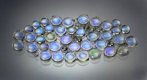 Kleine plastic lenzen en prisma's op glas Delen van laserbestelwagens royalty-vrije stock afbeelding