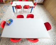 Kleine plastic stoelen in de klasse van de kinderdagverblijfkleuterschool stock fotografie