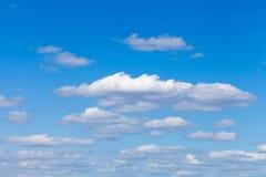 Kleine pluizige witte wolken in blauwe hemel Stock Afbeelding