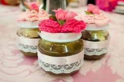 Kleine potten van eigengemaakt snoepje als partijherinnering Stock Foto's