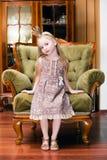 Kleine Prinzessin auf einem Stuhl Stockbild