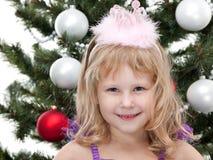 Kleine Prinzessin an der Karnevalsweihnachtskugel Lizenzfreies Stockbild