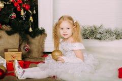 Kleine Prinzessin des Schnees, die Weihnachtsball hält Lizenzfreies Stockbild