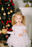 Kleine Prinzessin des Schnees, die Weihnachtsball hält Stockfoto