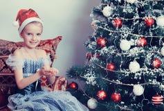 Kleine Prinzessin um den Weihnachtsbaum Stockfoto