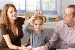 Kleine Prinzessin und Muttergesellschaft zu Hause Lizenzfreie Stockbilder