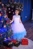 Kleine Prinzessin am Weihnachtsbaum Stockfotografie