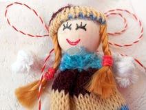 Kleine Puppe mit roter und weißer Schnur Lizenzfreie Stockfotos