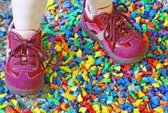 Kleine purpurrote Schuhe eines kleinen Mädchens Lizenzfreies Stockbild