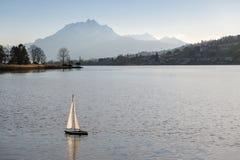 Kleine radio gecontroleerde boot op meer met Onderstel Pilatus in backgr Stock Foto's