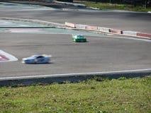 Kleine radio gecontroleerde modelauto's op het spoor De miniatuurhobby met afstandsbediening van sportraceauto's Stock Afbeelding