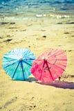 Kleine Regenschirme auf dem Strand Stockbilder