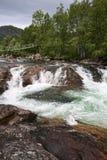 Kleine rivier in de bergen stock foto