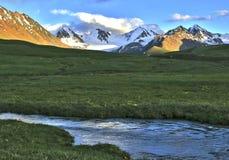 Kleine rivier in de bergen Stock Foto's