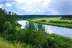 Kleine rivier in het platteland Royalty-vrije Stock Foto's
