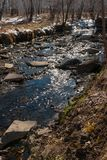 Kleine rivier met een rotsachtige bodem stock afbeeldingen