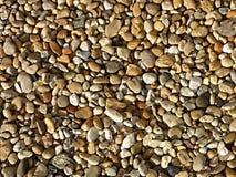 Kleine rivier overzeese stenen De zomerachtergrond kleurrijke matrerial kiezelsteensteen Stock Foto