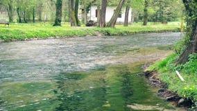 Kleine rivierstromen door het dorp stock footage