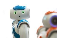 Kleine robots met menselijk gezicht en lichaam ai Stock Foto's