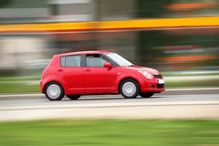 Kleine rode compacte auto Stock Afbeeldingen