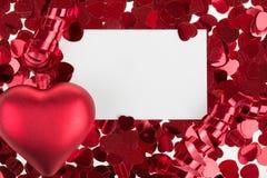 Kleine rode confettien en grote harten op witte achtergrond Royalty-vrije Stock Afbeeldingen