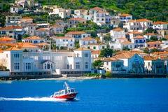 Kleine rode de overdrachtmensen van de motorboot aan Spetses-eiland, Griekenland stock foto