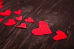 Kleine rode harten houten achtergrond Royalty-vrije Stock Foto's