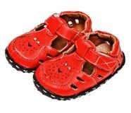 Kleine rode leersandals voor een kind Stock Foto's