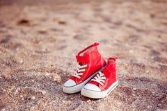 Kleine rode retro tennisschoenen Stock Foto