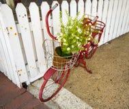 Kleine Rode Uitstekende Fiets met Bloemen Royalty-vrije Stock Fotografie