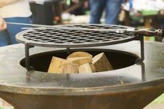 Kleine ronde houtskoolgrill klaar voor het roosteren bij de de zomerpicknick Royalty-vrije Stock Fotografie