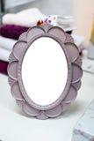 Kleine ronde spiegel in een kader Stock Fotografie