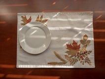 Kleine ronde witte ceramische plaat royalty-vrije stock afbeeldingen