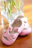 Kleine rosa Schuhe für Baby Stockfotos