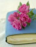 Kleine Rosen auf einem Tagebuch Stockbild