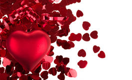 Kleine rote Konfettis und große Herzen auf weißem Hintergrund Stockbilder