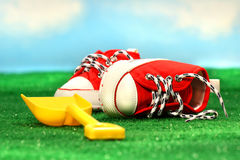 Kleine rote laufende Schuhe und Schaufel Lizenzfreie Stockfotos