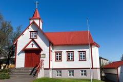 Kleine rote und weiße hölzerne St- Peter` s katholische Kirche, Akureyri, Nord-Island lizenzfreie stockfotografie