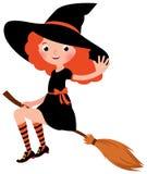 Kleine Rothaarige sexy Halloween-Hexenfliegen auf einem Besenstiel Lizenzfreie Stockfotografie