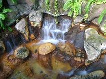 Kleine rotsachtige waterval Stock Foto's